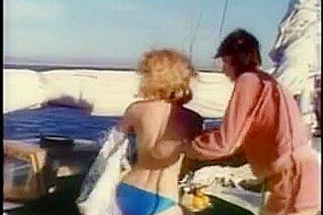 Un groupe favorable perce 2 amoureux sur un yacht