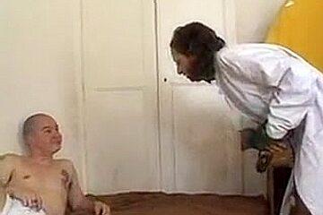 Infirmière arabe suce un patient qui la défonce