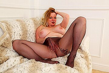 UK milf Summer Angel Lee squirts all over her tights