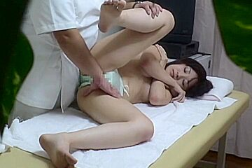 Skillful masseur makes babe get sex release on the spy cam