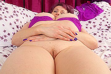 British nanny Tigger spreads her old cunny