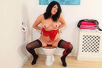 English milf Sassy takes care of her desires on toilet