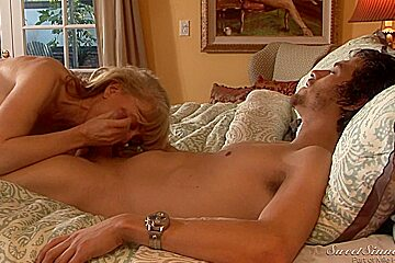 Busty mature in stockings gets her twat eaten