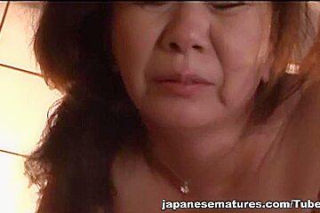 Chizuru Iwasaki hot mature babe enjoys pussy stimulation