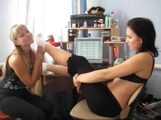 Настоящий наглая девушка заставила лизать свою подругу