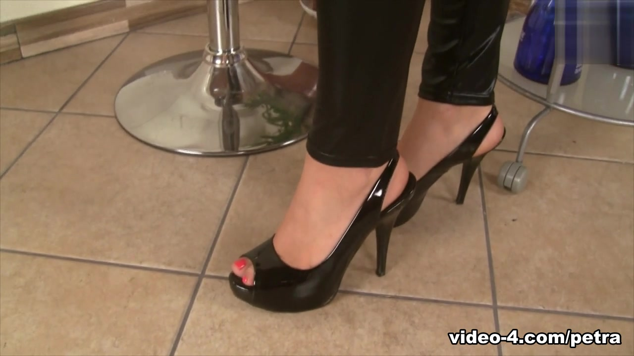 PetraFeet Video: Leather Mariana Nalgas Grandes