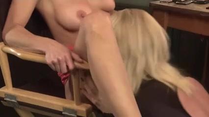Closet Scissoring masturbates lesbien