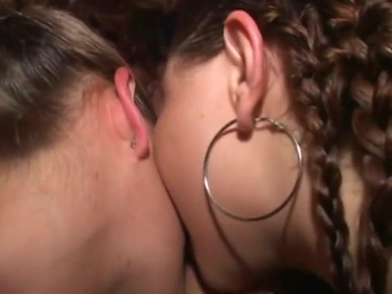Lesbios close porno Scissoring
