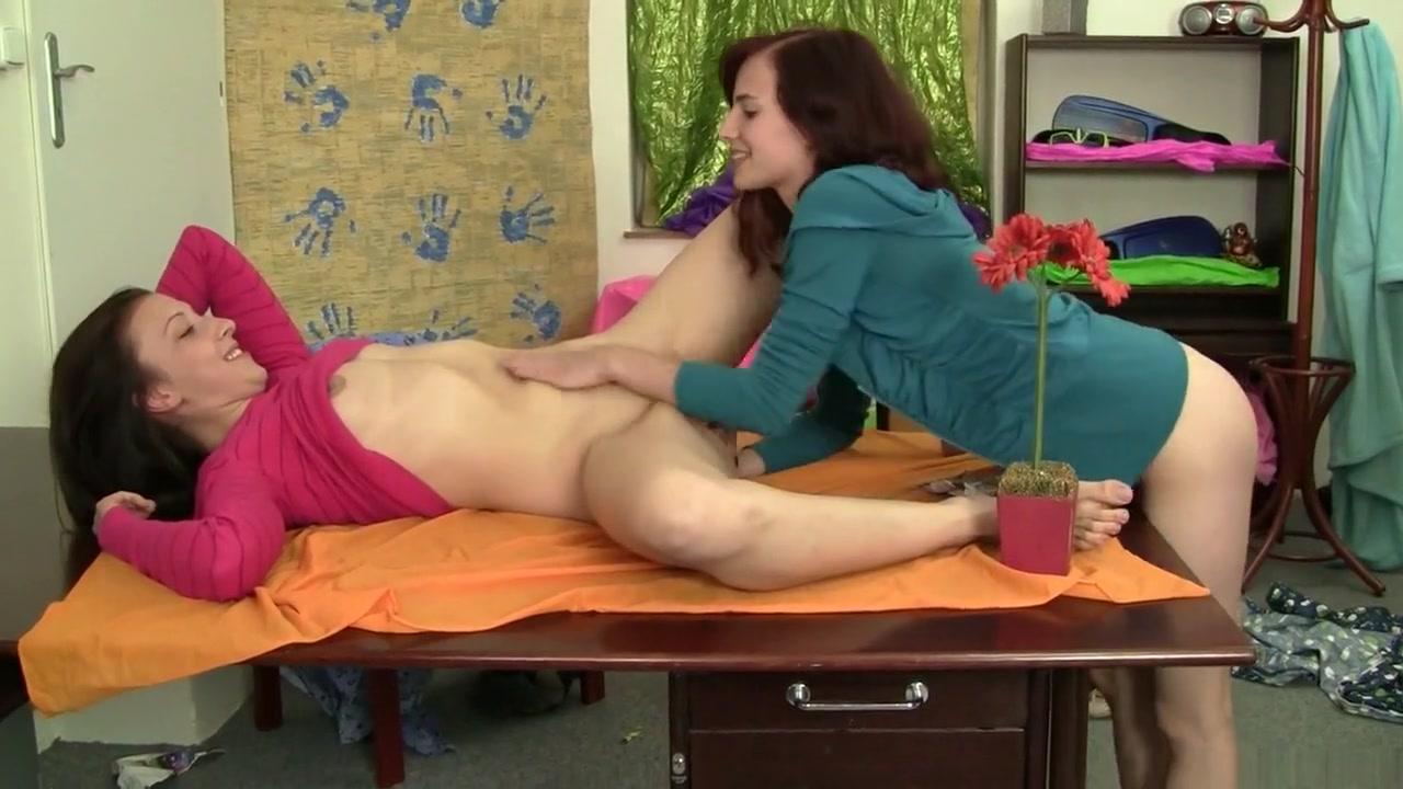 Masturbate Peeing lesbian sexo