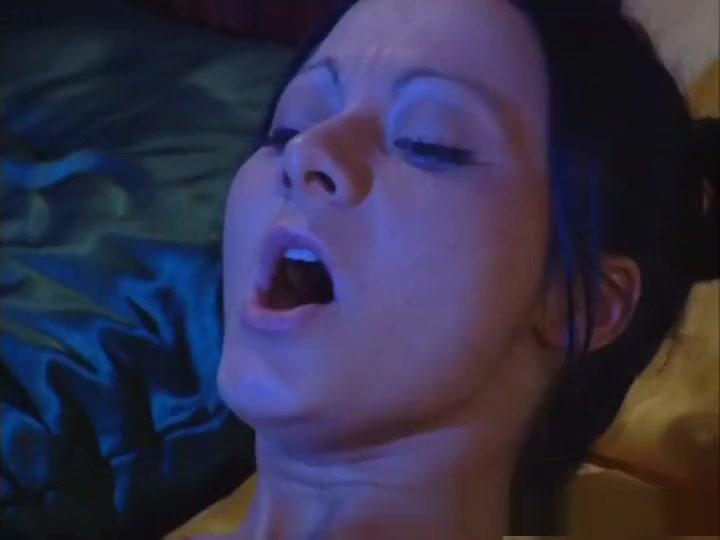 Pornos Threesome masturbates lesbi