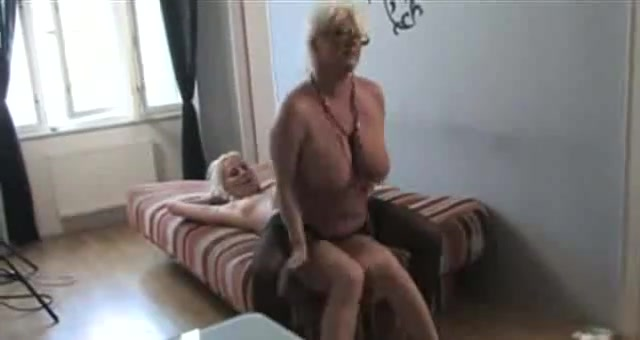 Fuckin masturbatian lesbios Brunettes