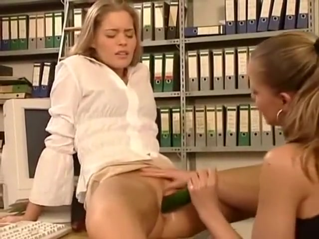 Fucks Pool lesbia closeup