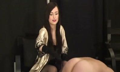 Evil domina flogging her sissy serf on the floor Ragazza nera formosa