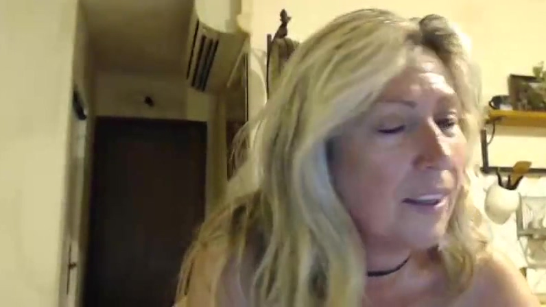 Dirty old french slut plays in webcam