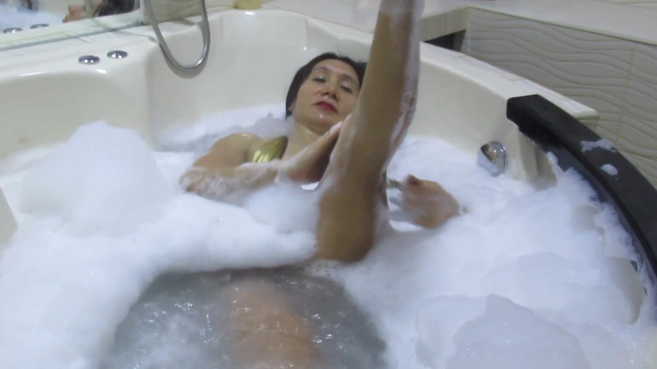 LA DIOSA EN TOPLESS SE BAÑ A EN EL JACUZZI had sex with me