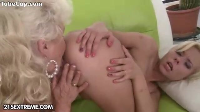Sexu masturbate lesbion Beach