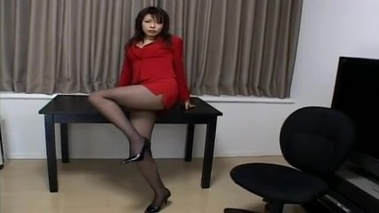 Cute Japanese MILF exposes legs in voyeur upskirt video Naiilin Pallin