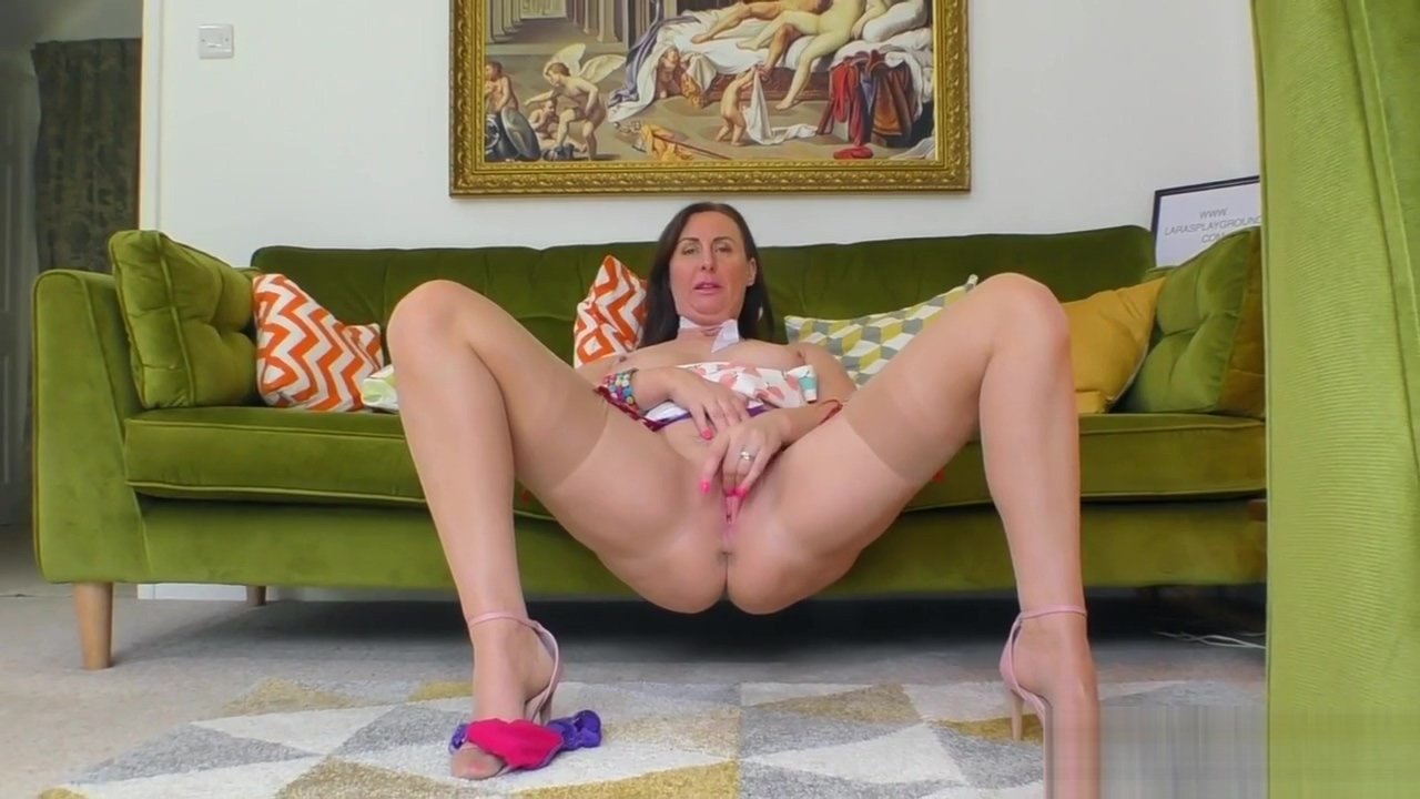 Brunette mature brit in stockings