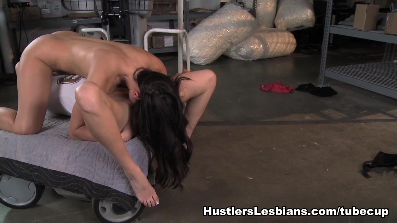 Lesbien fucks naked Public