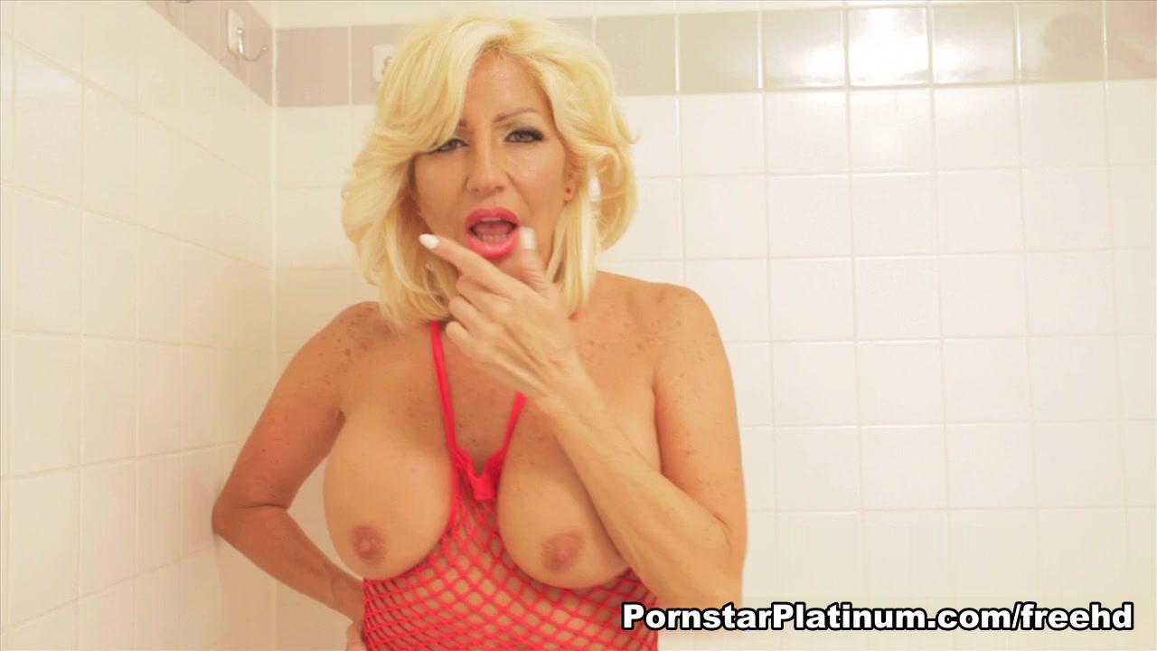 Tara Holiday in Toy Tub Shower Wechat gay