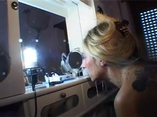Porca e Vacc Nasty blonde housewife getting