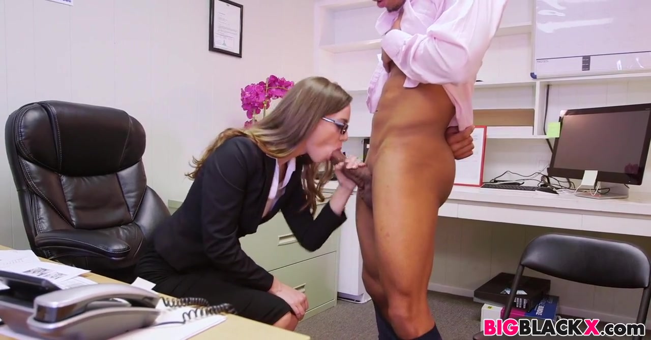 Tali Dova aime les bites noires au travail boy fuck a girll without any clothes video