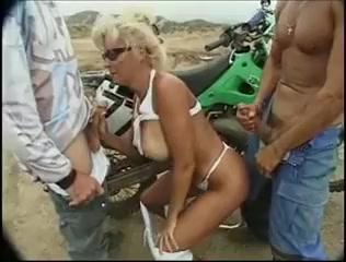 Trentenaire acquiert anal & dp en plein air Charming sweetheart is riding on dudes male rod